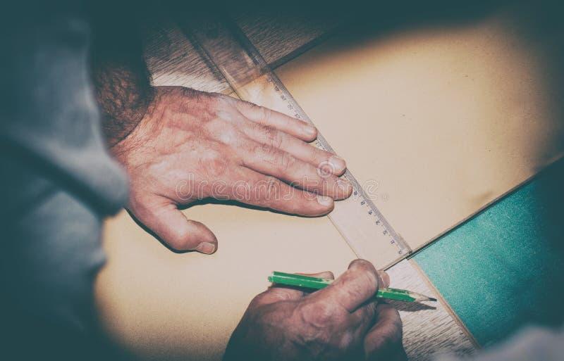 Винтажное фото работника используя правителя для того чтобы нарисовать линию стоковая фотография rf