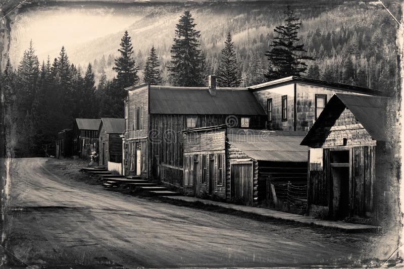 Винтажное фото старых западных зданий в город-привидении St Elmo старом западном в середине гор стоковое фото