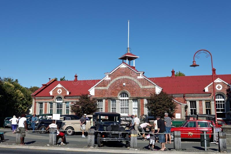 Винтажное шоу автомобиля в главной улице Motueka перед музеем стоковая фотография rf