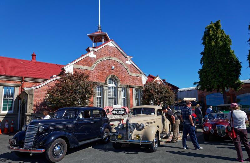 Винтажное шоу автомобиля в главной улице Motueka перед музеем стоковые фотографии rf
