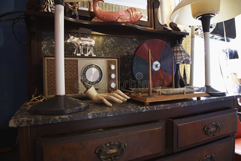 Винтажное Collectibles в подержанном магазине стоковая фотография