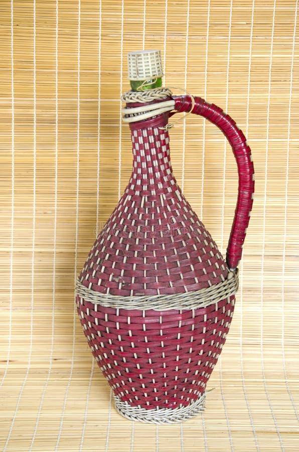 Винтажной заплетенная лозой бутылка вина стоковая фотография