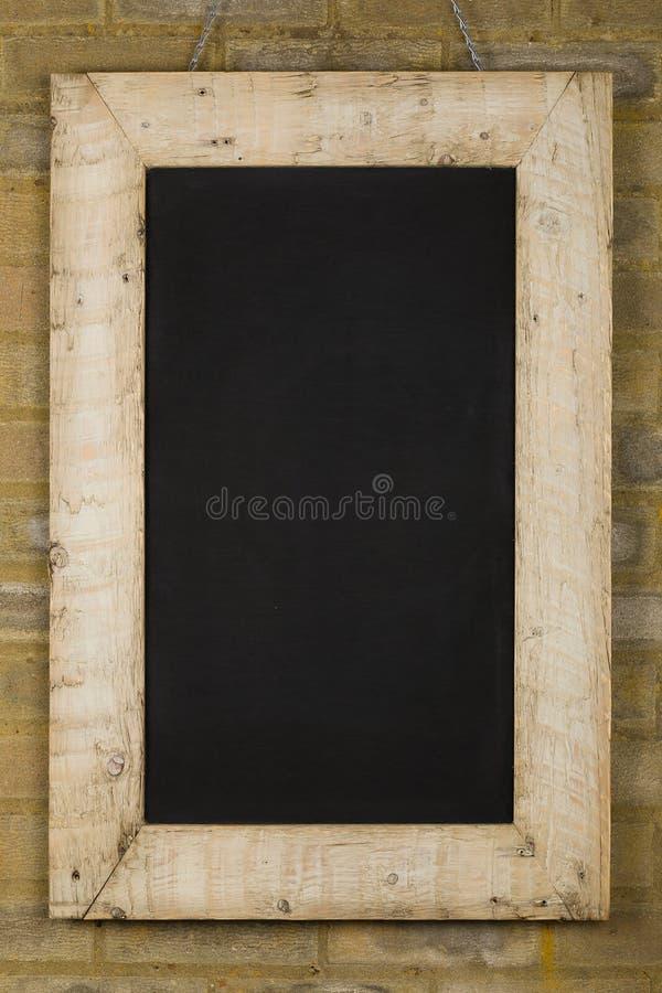 Винтажной рамка исправленная доской деревянная на кирпичной стене стоковая фотография rf