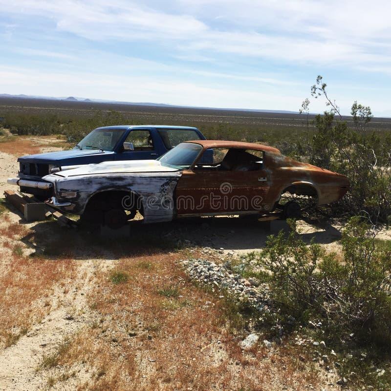Винтажные автомобили расточительствуя в пустыне стоковые фото
