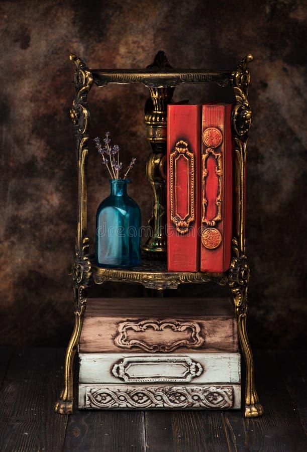 Винтажные античные книги на бронзовом bookcase полки стоковое изображение rf