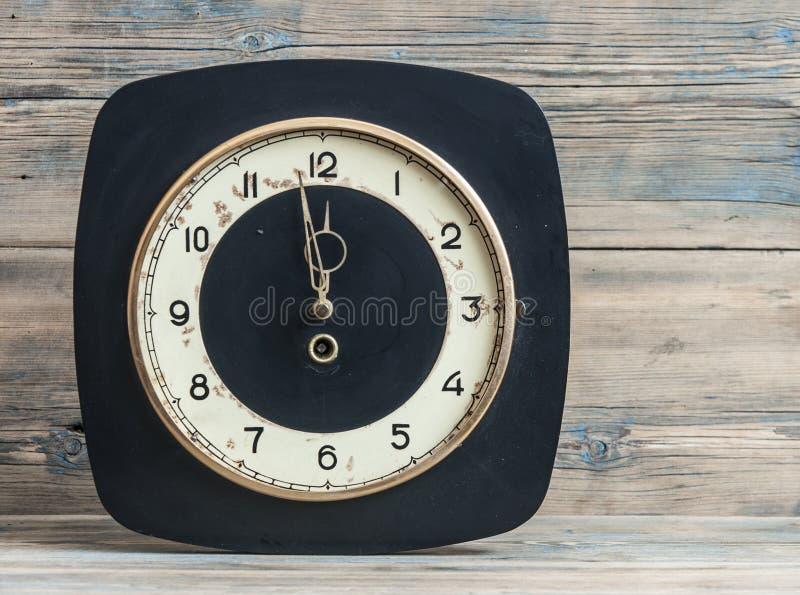 Винтажные белые часы на деревянной предпосылке стоковые изображения rf