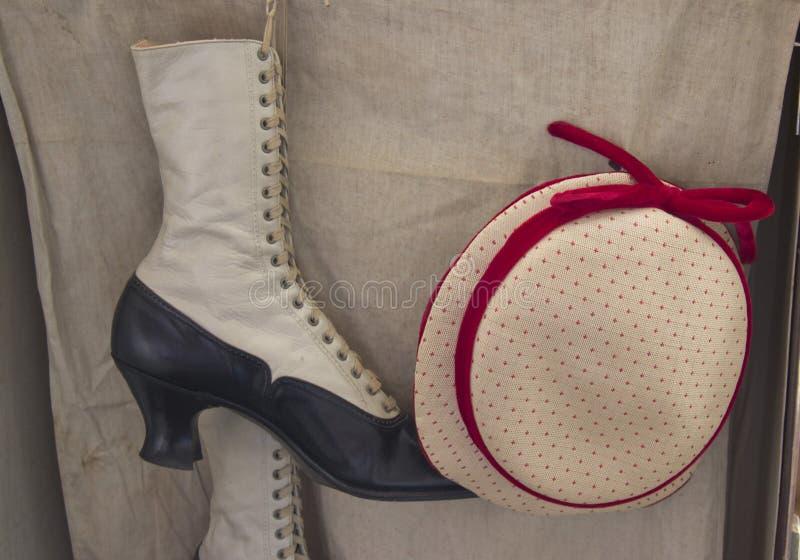 Винтажные ботинки и шляпа женщин стоковые фотографии rf