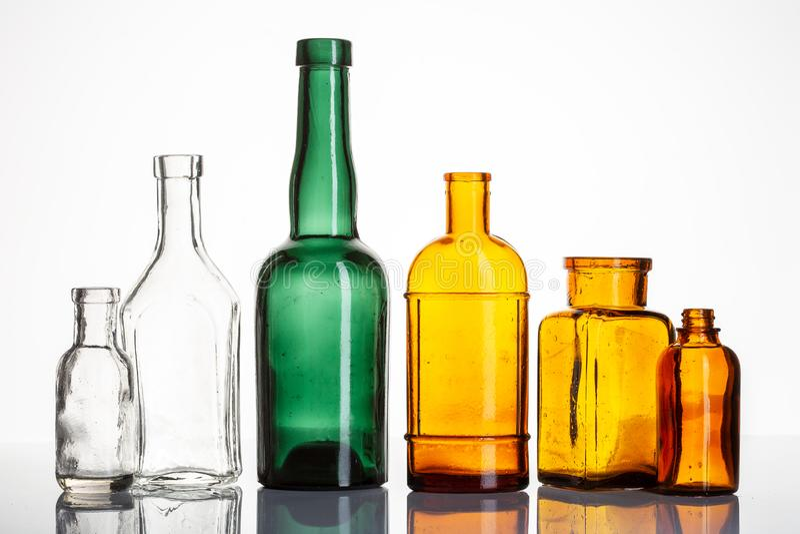 Винтажные бутылки аптеки или фармации на белой предпосылке стоковая фотография rf