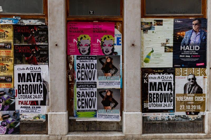 Винтажные выдвиженческие плакаты на стене в Zadar стоковое изображение