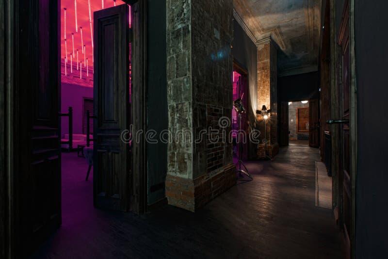 Винтажные высокие двери в особняке преобразовали в ночной клуб Стиль просторной квартиры стоковое изображение rf