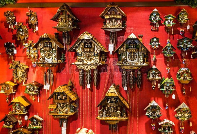 Винтажные деревянные часы с кукушкой в магазине Мюнхене, Германии стоковое изображение rf