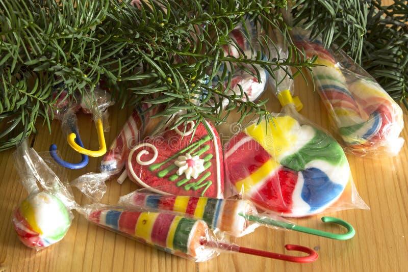 Винтажные леденцы на палочке под рождественской елкой стоковая фотография