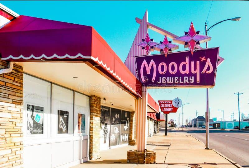 Винтажные знаки ювелирного магазина и уборщик-прачечной на трассе 66 бульвара Ейль близко в Tulsa Оклахоме США 3-7-2018 стоковые изображения rf