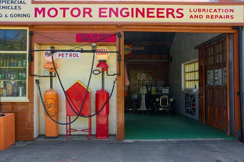 Винтажные инженеры мотора и гараж ремонта стоковые изображения