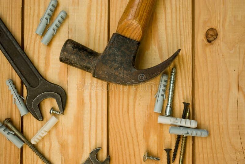 Винтажные инструменты деятельности для разнорабочего на деревянной предпосылке плоской стоковое изображение rf