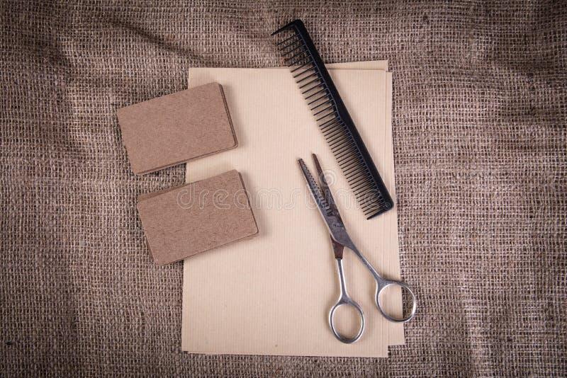 Винтажные инструменты парикмахера на предпосылке ткани стоковая фотография