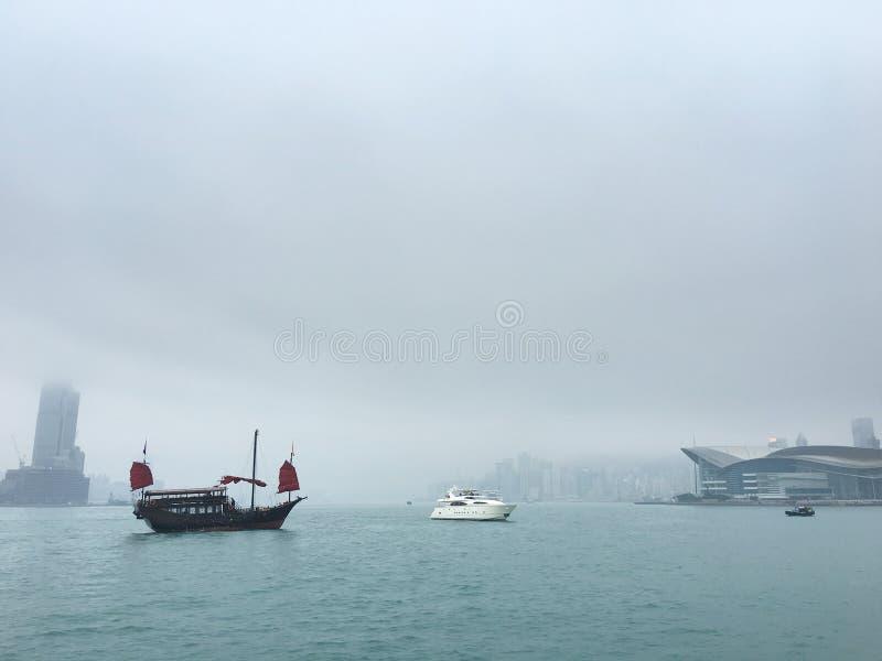 Винтажные и современные шлюпки в гавани Виктория, Гонконге стоковая фотография