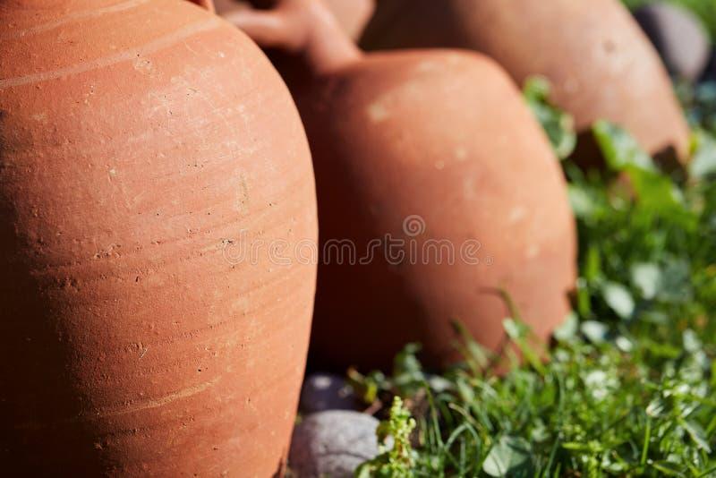 Винтажные керамические глиняные горшки стоковые фотографии rf
