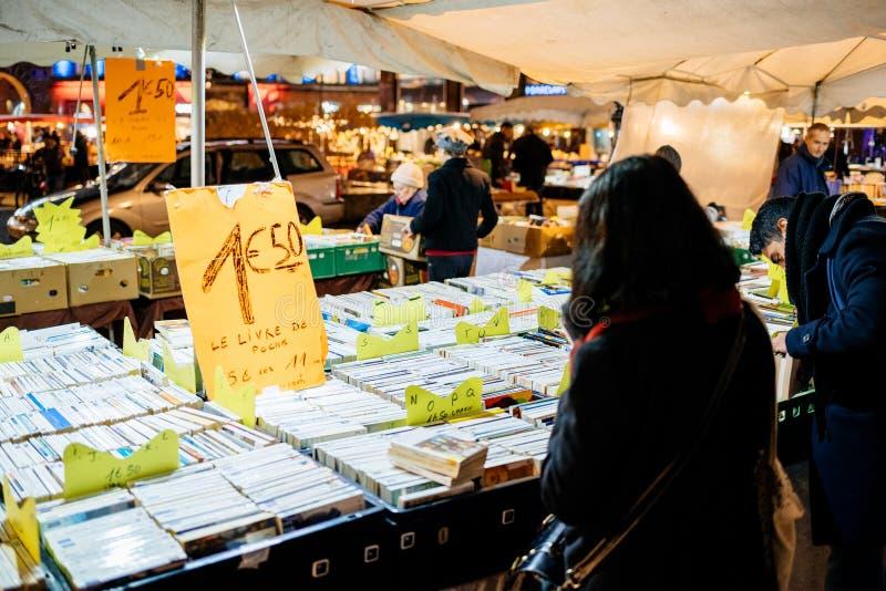 Винтажные книги для продажи на антикварах продавца таблицы улицы i стоковые изображения