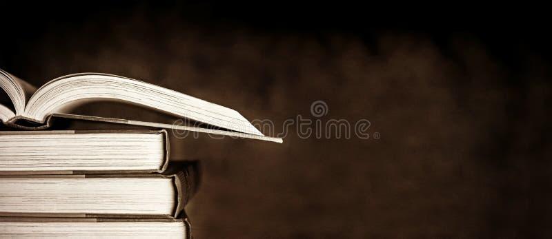 Винтажные книги над темной предпосылкой Grunge стоковые изображения