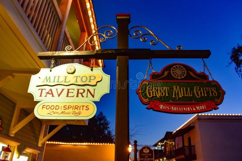 Винтажные красочные знаки на голубой предпосылке ночи на старом городке в побережье Флориды историческом стоковое изображение rf