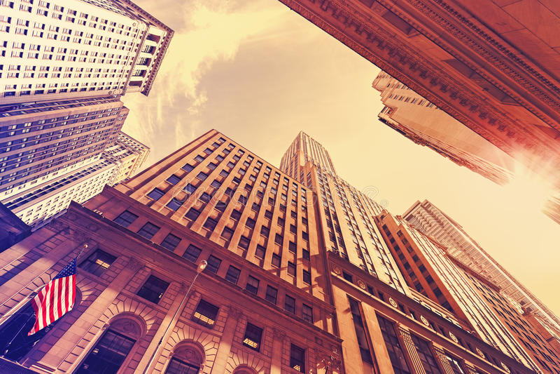Винтажные небоскребы стиля в Манхаттане на заходе солнца стоковые изображения rf