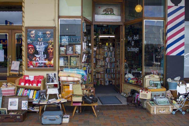 Винтажные объекты для продажи на магазине антиквариатов уличного рынка стоковое фото rf