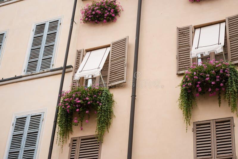 Винтажные окна с открытыми деревянными штарками стоковая фотография rf