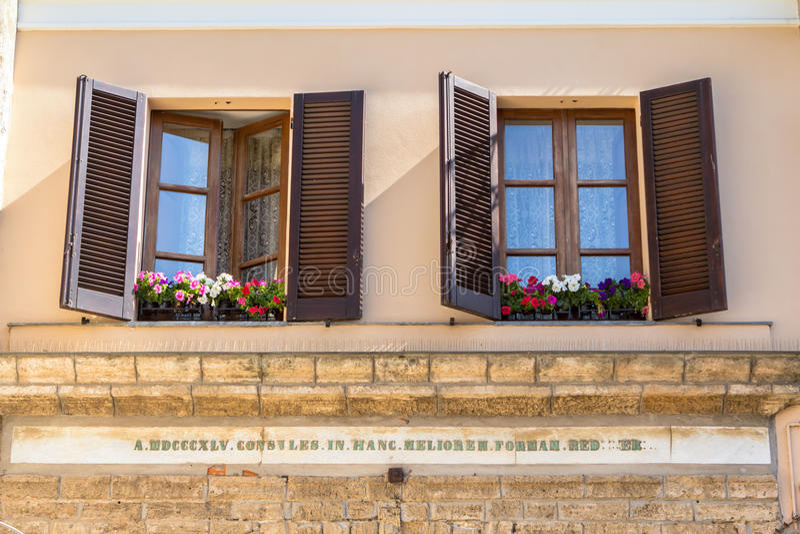 Винтажные окна с открытыми деревянными штарками стоковое изображение