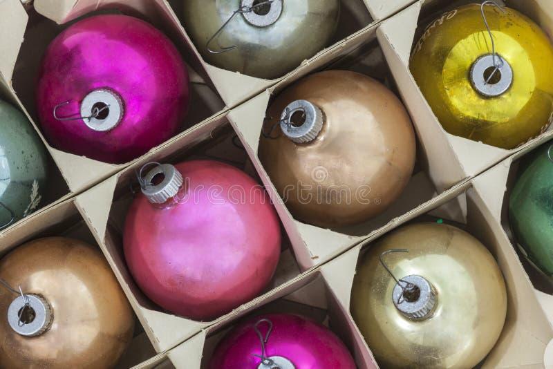 Винтажные орнаменты рождества в коробке стоковое изображение rf