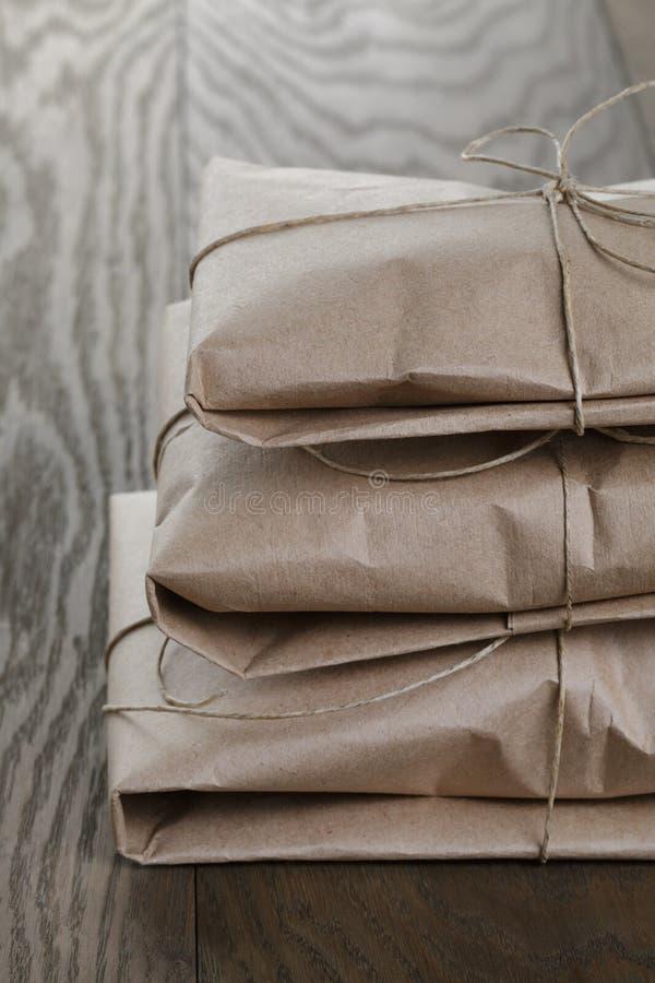 Винтажные пакеты стиля обернутые с веревочкой стоковые изображения rf