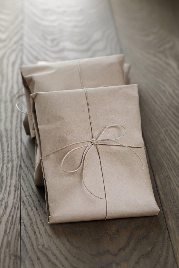 Винтажные пакеты стиля обернутые с веревочкой стоковое фото rf