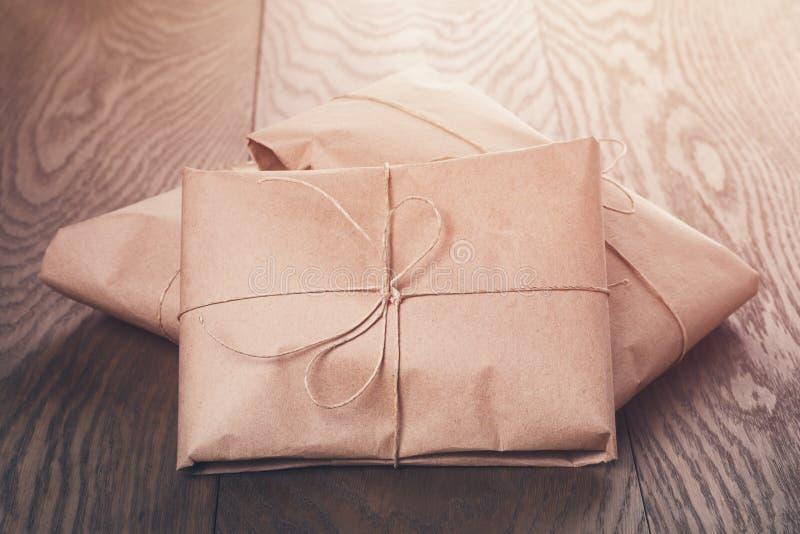 Винтажные пакеты стиля обернутые с веревочкой стоковая фотография rf