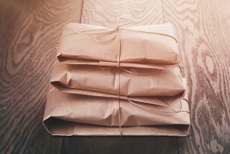 Винтажные пакеты стиля обернутые с веревочкой стоковые фотографии rf