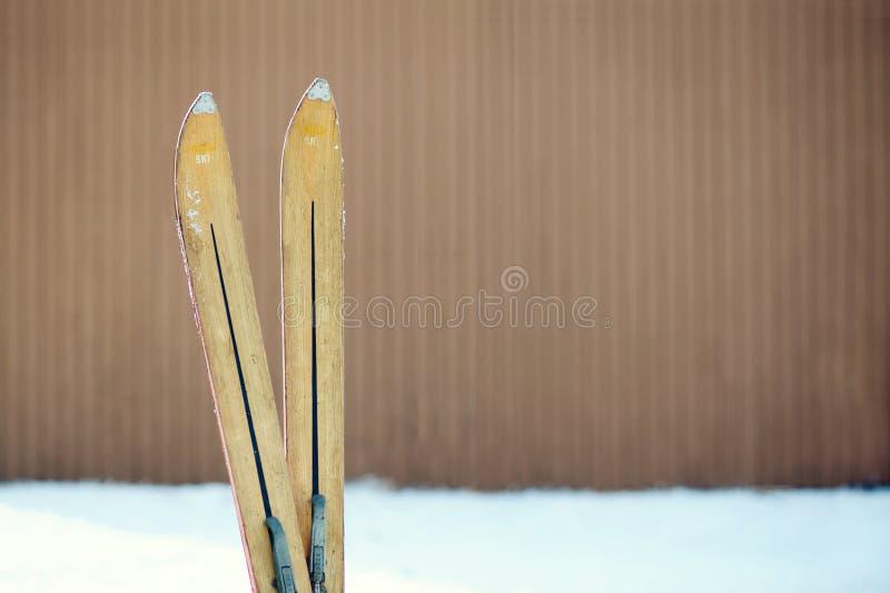 Винтажные подсказки лыжи зимы стоковые фотографии rf