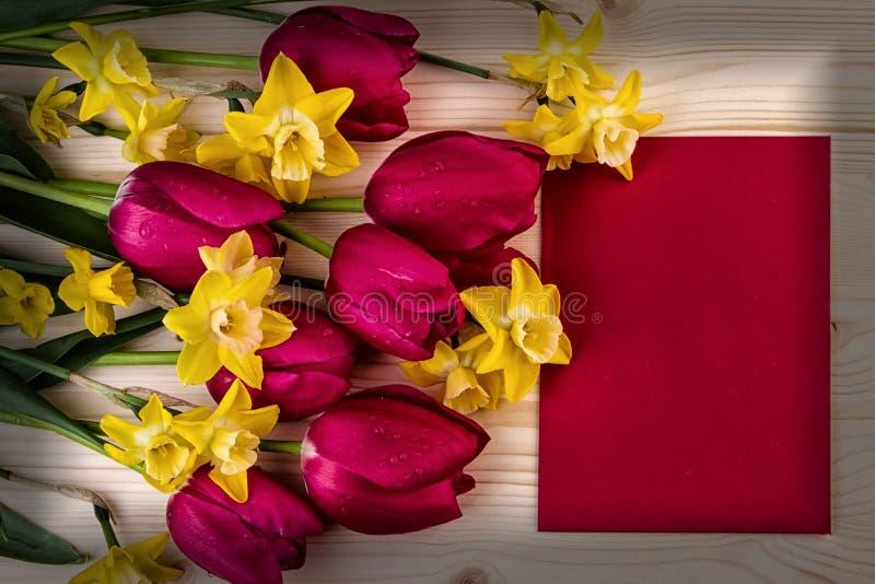Винтажные ретро красные желтые цветки весны стоковая фотография rf