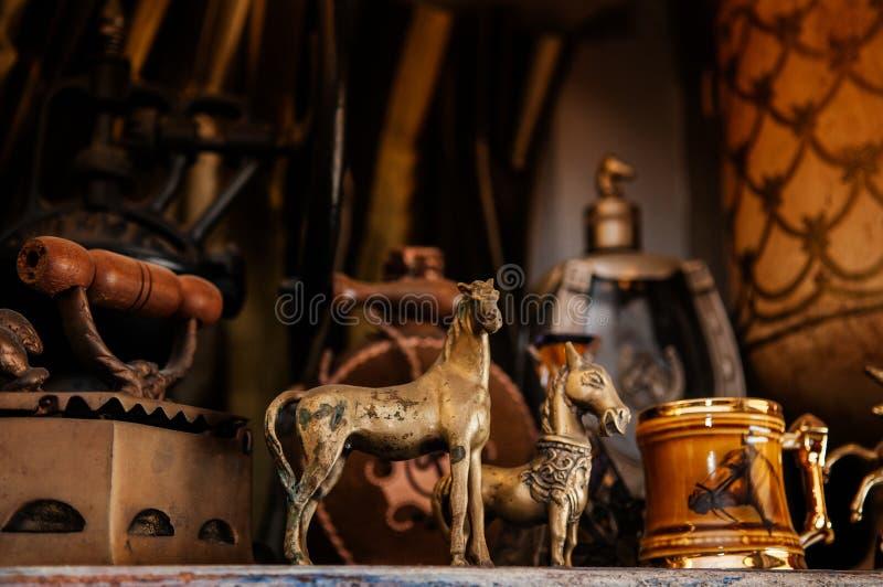 Винтажные ретро латунные куклы лошади и античные украшая детали стоковые изображения