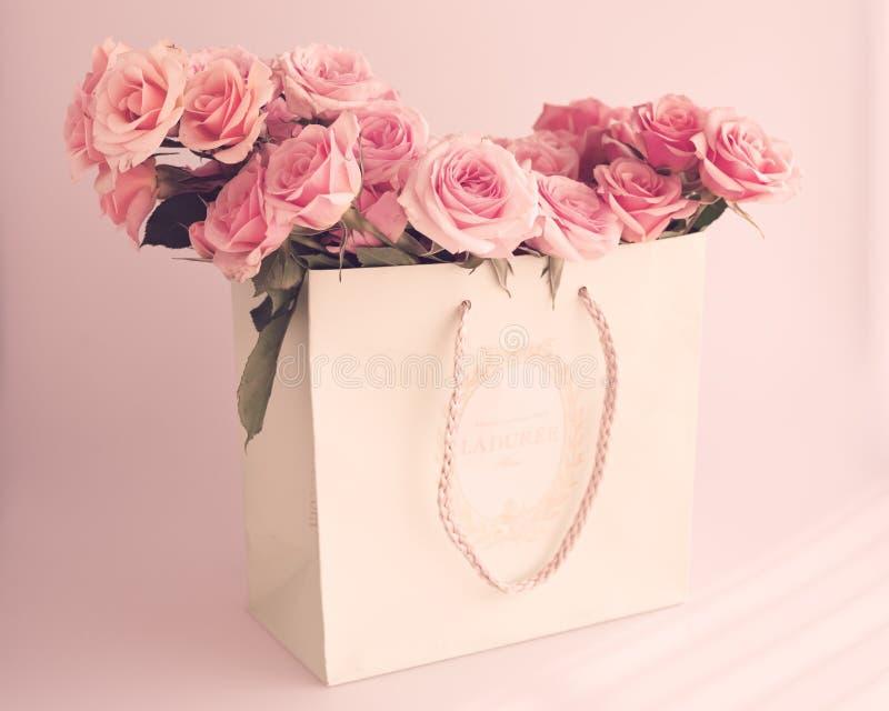Винтажные розы в сумке стоковое фото rf