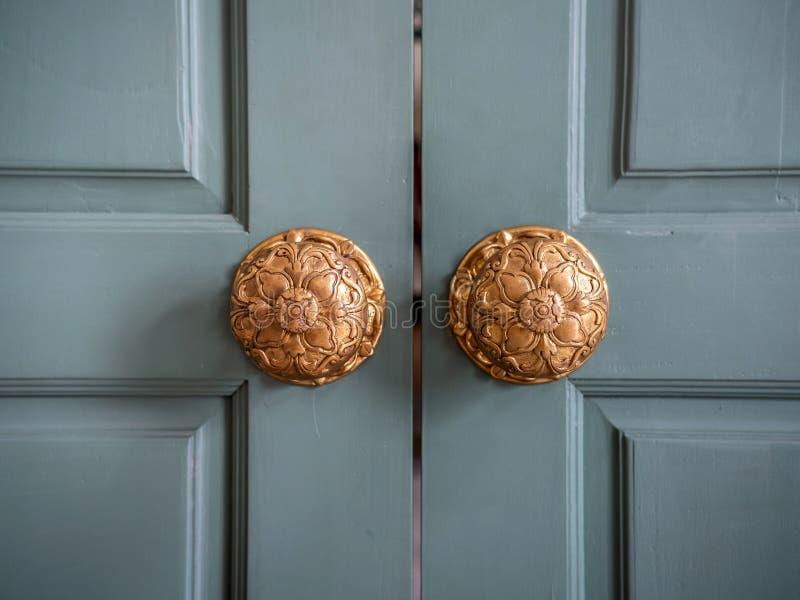 Винтажные ручки двери на деревянной двери стоковое изображение rf