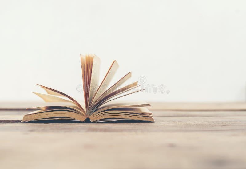 Винтажные старые книги на деревянной таблице палубы стоковая фотография