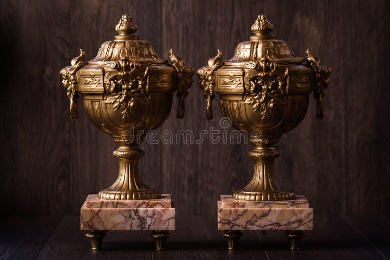 Винтажные старые латунные чашки трофея с мраморным постаментом стоковое изображение rf