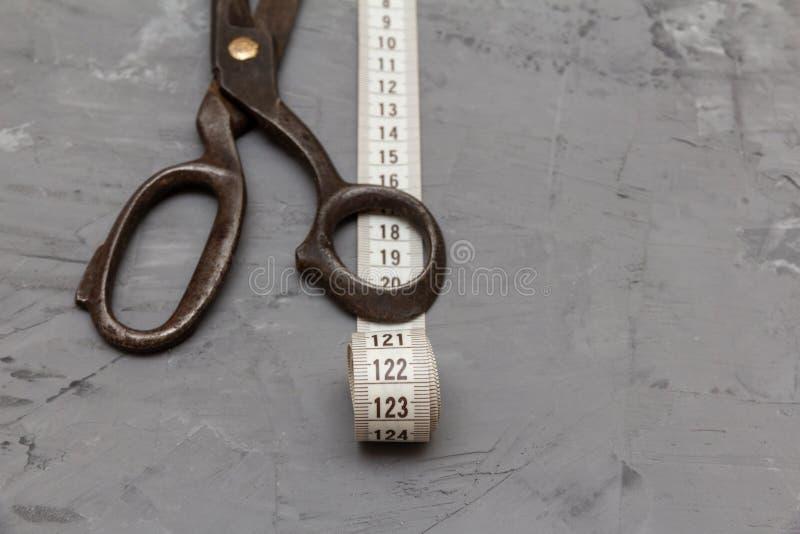 Винтажные старые ножницы металла и лента измерения портноя стоковая фотография