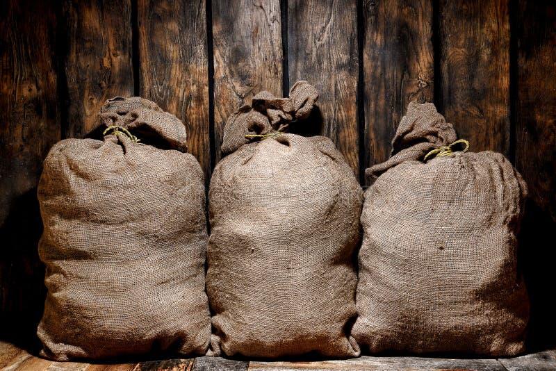 Винтажные сумки Sac мешковины в старом античном складе стоковое изображение rf