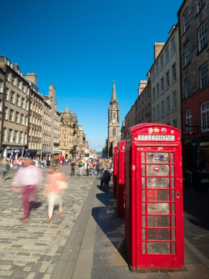 Винтажные телефонные будки на королевской миле стоковая фотография