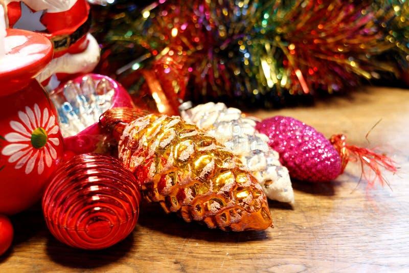 Винтажные украшения рождественской елки выровнялись вверх на деревянной поверхности стоковое фото rf