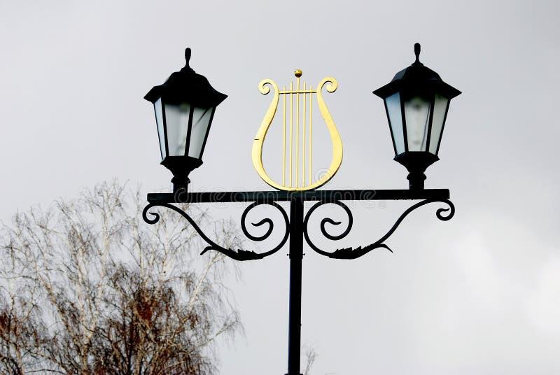 Винтажные уличные светы стиля украшенные лирой стоковое изображение rf