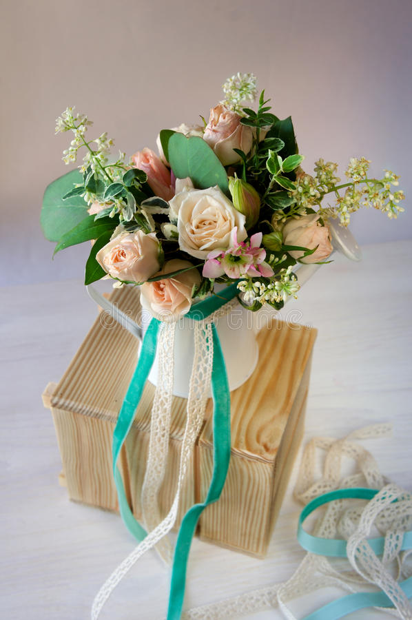 Винтажные цветки состава в моча чонсервной банке стоковое фото