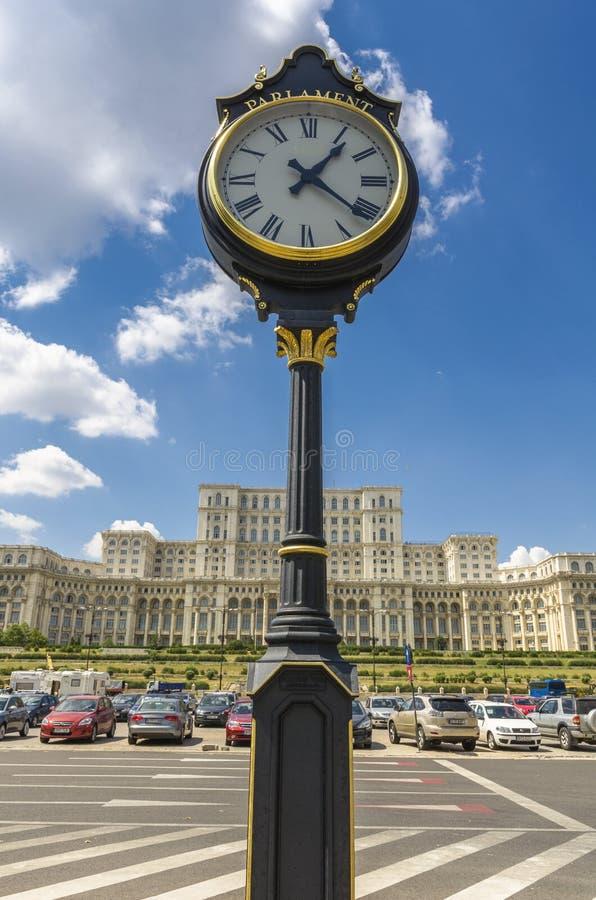 Винтажные часы и дворец парламента Бухареста стоковые фото
