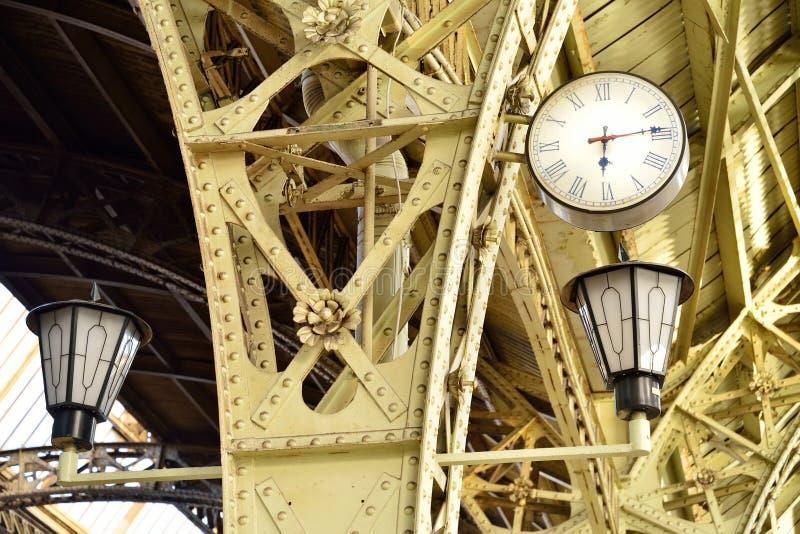 Винтажные часы и света в станции Витебска павильона стоковое изображение rf