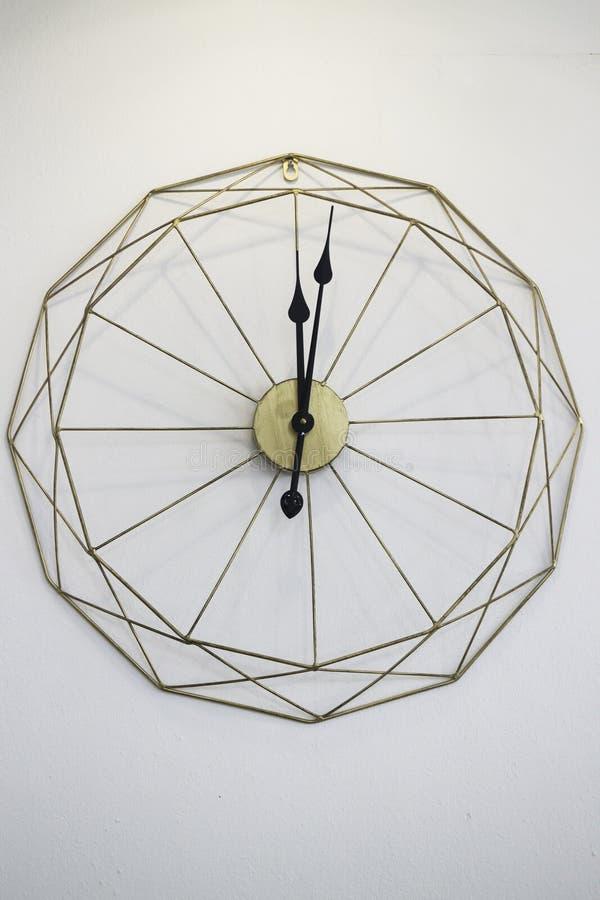 Винтажные часы на белой предпосылке стены стоковое фото rf